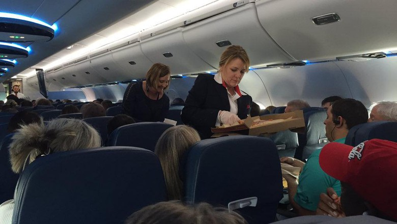 PRAMUGARI SAKIT, DELTA AIRLINES MENDARAT DARURAT