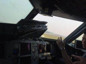 SHICHUAN AIRLINES MENDARAT DARURAT AKIBAT KACA KOKPIT PECAH